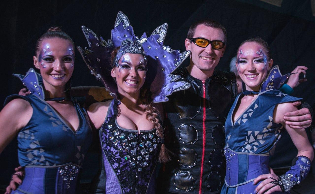 артисты в фиолетовых костюмах