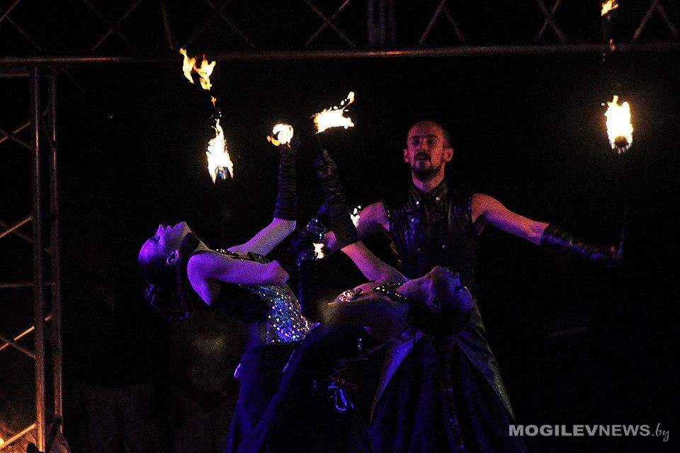 Артисты фаер шоу Tandava выступает на сцене