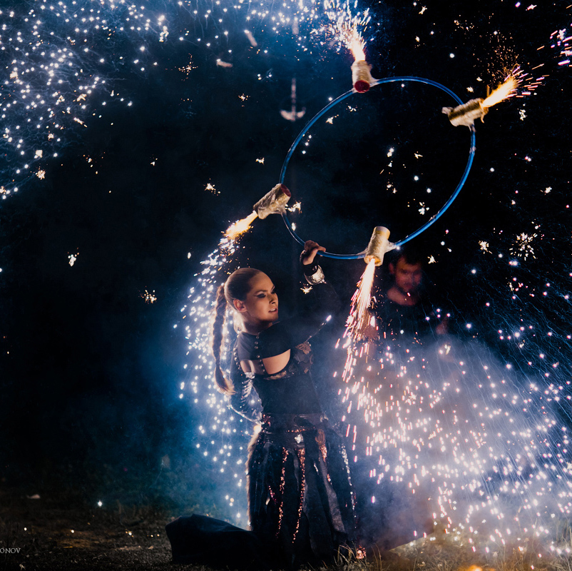 артистка фаер-шоу с пиротехническим обручем