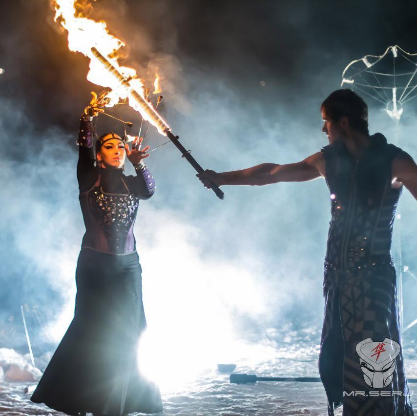 Выступление артистов огненного шоу Tandava