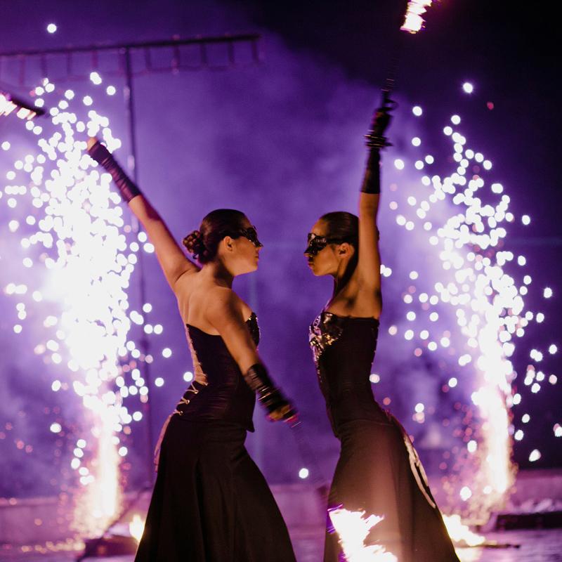 девушки крутят огонь в руках