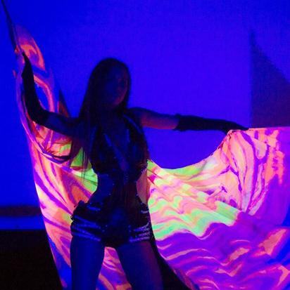 Артистка светового шоу танцует с крыльями