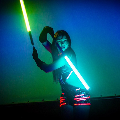 Девушка со световыми жезлами