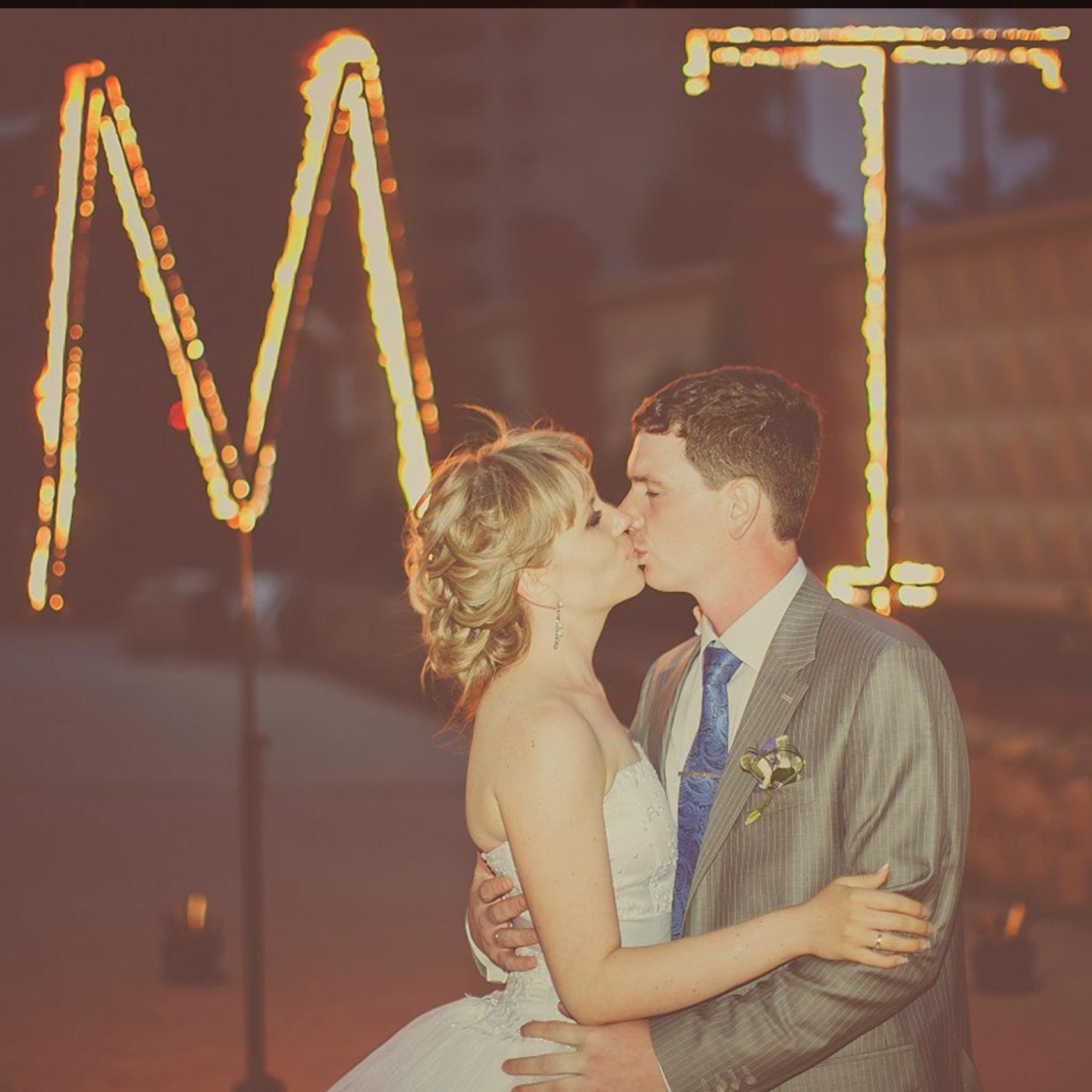 Поцелуй крупным планом в финале свадьбы