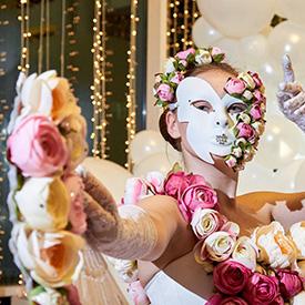 девушка в цветочном костюме и маске
