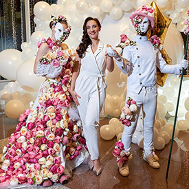Цветочные люди вместе с гостьей