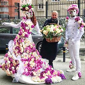 Девушка и юноша в цветочных костюмах
