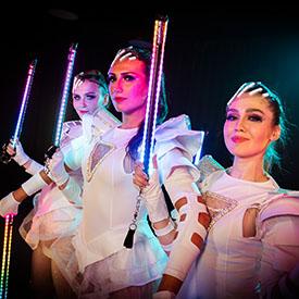 3 артистки светового шоу ICON с светящихся костюмах с пиксель-поями