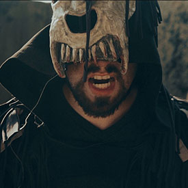 Персонаж из MadMax в страшной звериной маске