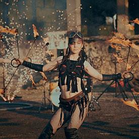 Девушка с огнем в костюме выжившей из вселенной MadMax
