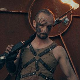 Мужской персонаж c огнеметом из фаер-шоу MadMax