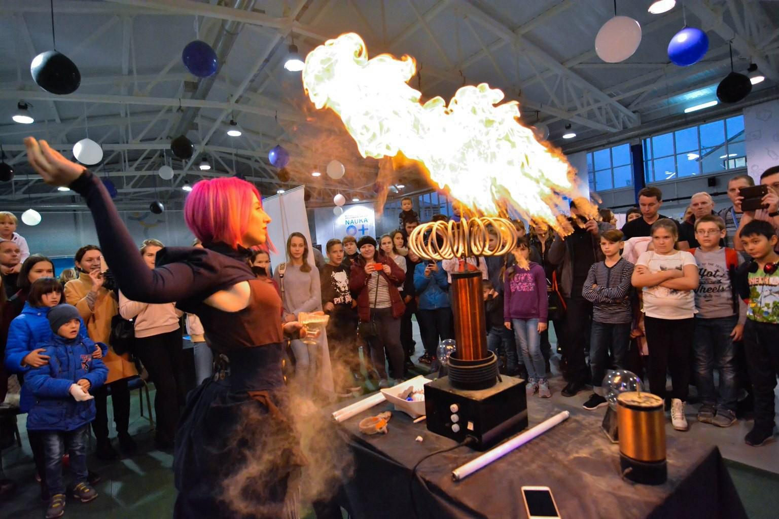 артистка тесла-шоу делает трюк с молнией и огнем