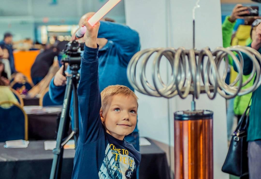 Малыш сам участвует в шоу с катушкой тесла