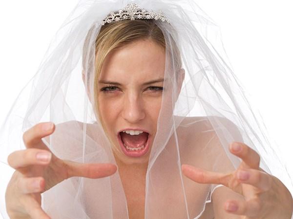 Невеста в бешенстве тянет руки, чтобы задушить