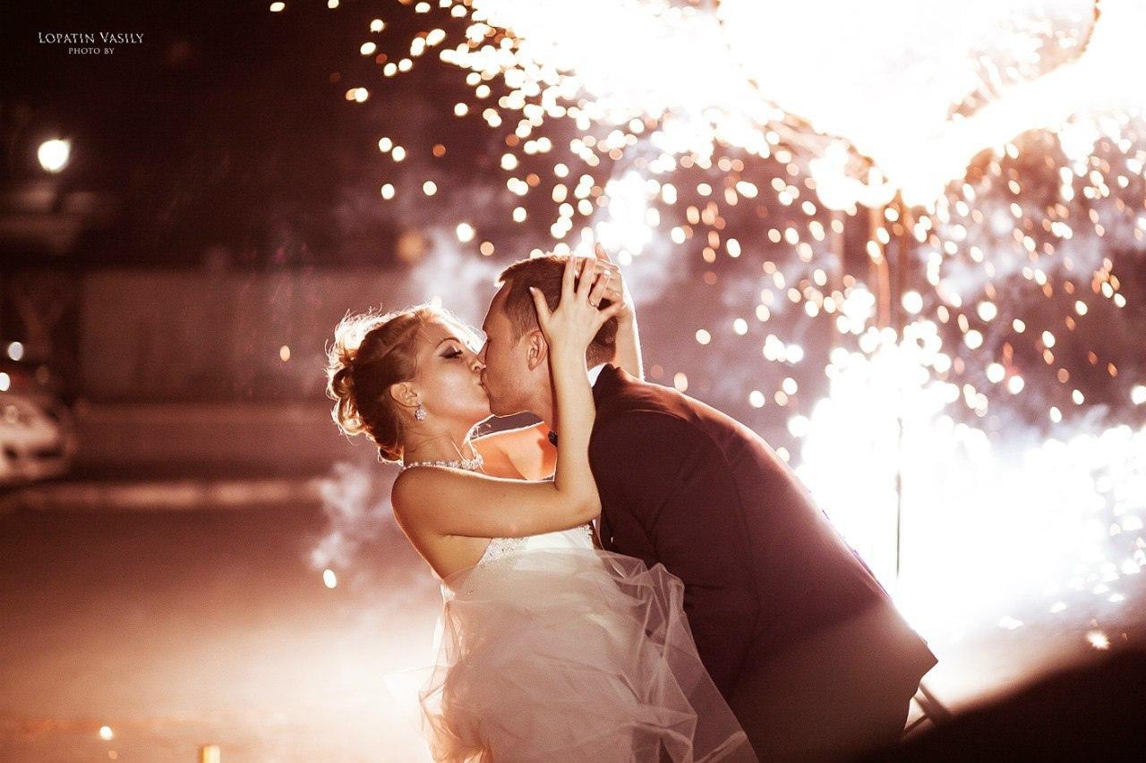 Молодожены на фоне фаер-шоу страстно целуют друг друга в финале свадьбы